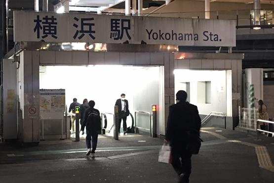 横浜駅きた西口の階段降りる