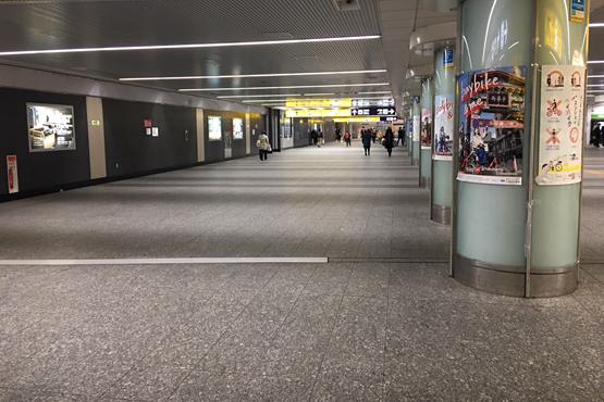 横浜駅きた自由通路を横断する